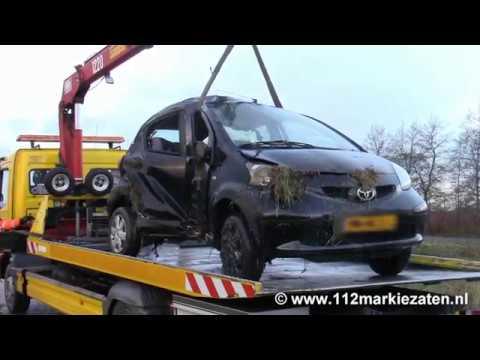 Gewonde bij auto in de sloot in Engelaarsdijk bij Poortvliet