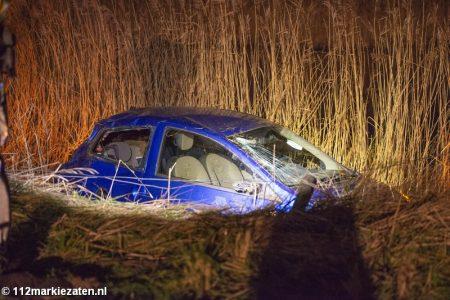 Auto rijdt van de Oud-Vossemeersedijk, brandweer ingezet.